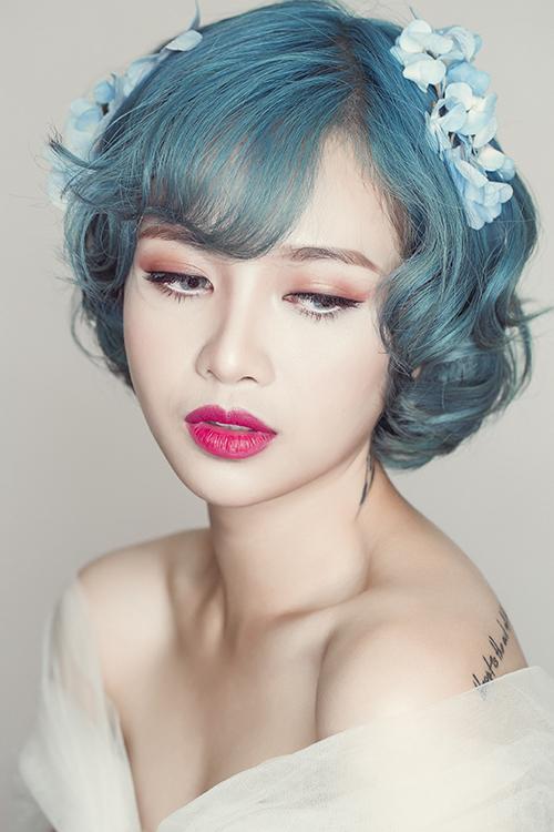 Nếu sở hữu mái tóc dài, cô dâu sẽ có nhiều lựa chọn trong cách tạo kiểu tóc cho ngày cưới như búi, tết, uốn xoăn. Nhưng với mái tóc ngắn, đặc biệt là tóc bob cá tính, cô dâu sẽ cảm thấy băn khoăn nhiều hơn.