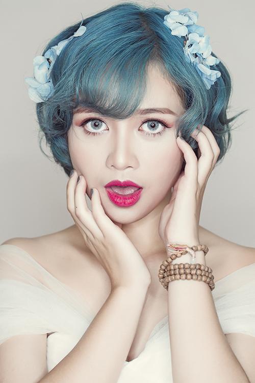 Chuyên gia trang điểm Trang Sun đã tạo độ phồng trên đỉnh tóc và uốn xoăn lọn to chân tóc, mang đến sự mềm mại, nữ tính mà vẫn trẻ trung cho cô dâu.