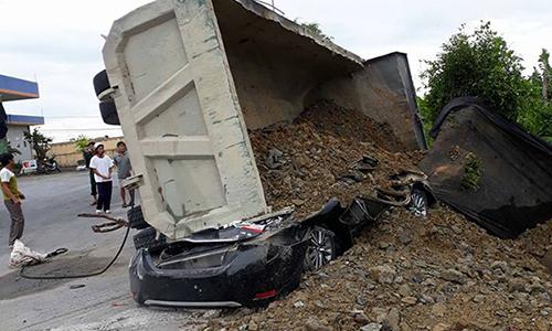 Ôtô 4 chỗ biến dạng sau cú đè của xe chở đá