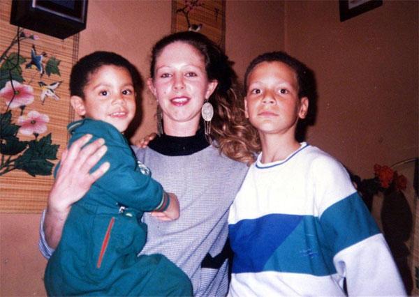 Rio và cậu em Anton trong vòng tay mẹ khi còn nhỏ.