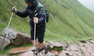 Chàng trai đi giày 13 cm leo núi cao hơn 1.300 m
