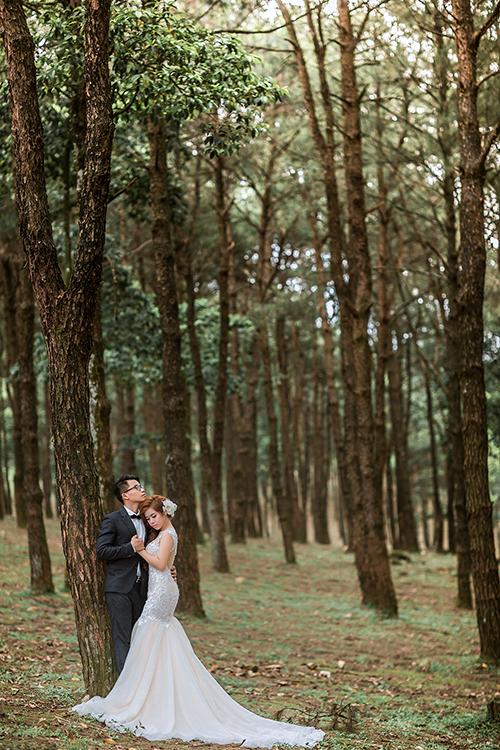 Cả hai đều thích cỏ cây, hoa lá, hơn nữa, bọn mình ở Hải Phòng, gần biển, nên muốn lên núi chụp ảnh cho khác lạ, chú rể Hồng Quân chia sẻ về quyết định lựa chọn địa điểm thực hiện bộ ảnh cưới.