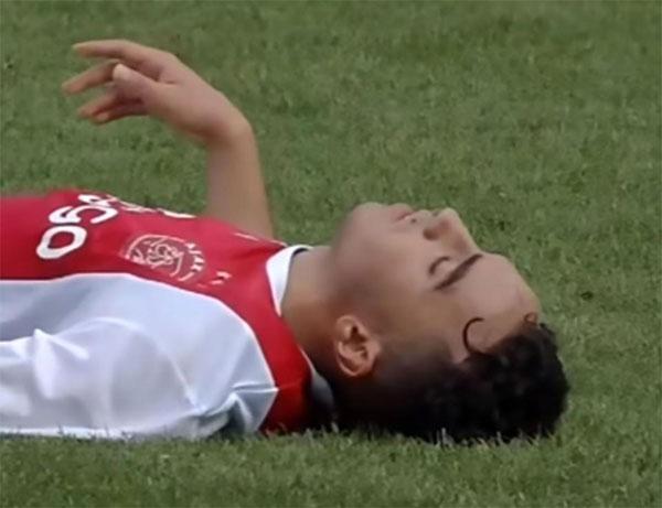 Nouri bất tỉnh ngay trên sân và rơi vào tình trạng hôn mê sâu.