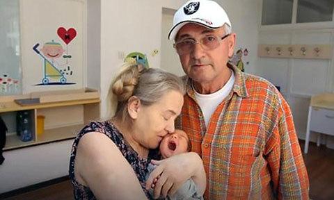 Người phụ nữ 60 tuổi lần đầu sinh con bị chồng bỏ