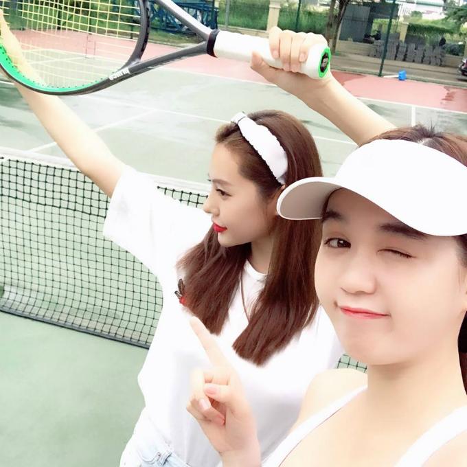 Ngọc Trinh và Linh Chi tạo dáng nhiệt tình trên sân tennis.