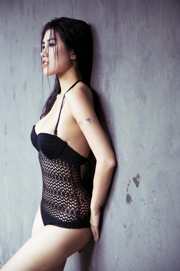 emily-hong-nhung-khoe-dang-sexy-voi-ao-tam-2