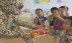 Cô giáo dạy các bé cách phòng tránh bị bắt cóc
