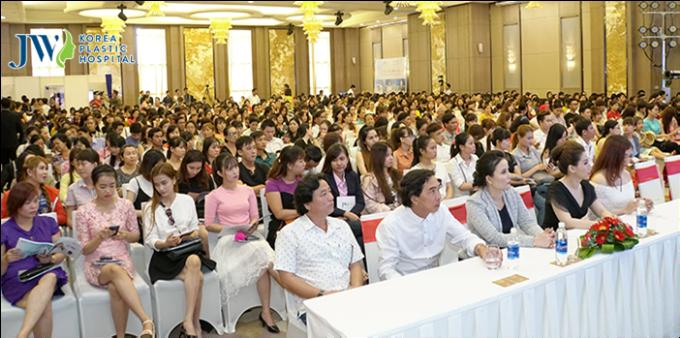Hàng ngàn khách hàng đã có mặt tại khách sạn Vinpearl Cần Thơ từ 8 giờ sáng để tham dự hội thảo Tôn vinh nét đẹp miền sông nước