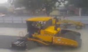Hà Nội mưa như trút nước, xe trải bê tông đường vẫn làm việc