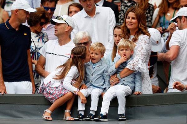 Vợ cùng hai cặp song sinh tới sân trung tâm cổ vũ Federer trong trận chung kết đơn nam với Marin Cilic