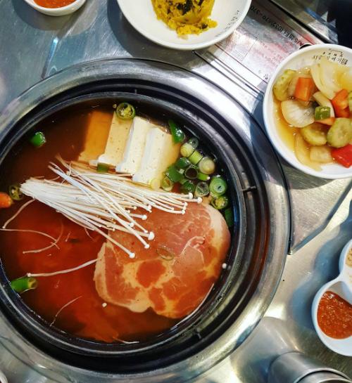 quan-thit-nuong-sieu-hot-nho-song-joong-ki-song-hye-kyo-6