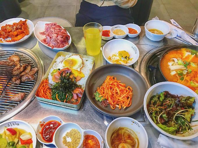 quan-thit-nuong-sieu-hot-nho-song-joong-ki-song-hye-kyo-9