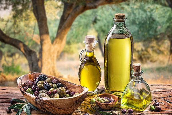 Dầu ô liu chứa nhiều axít béo không bão hòa đơn và giàu các chất chống ôxi hóa có tác dụng lưu giữ tuổi xuân, ngăn ngừa quá trình lão hóa đồng thời ngăn ngừa các bệnh tim mạch.