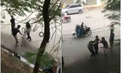 Hai thanh niên trêu ghẹo rồi đánh nữ sinh trên đường