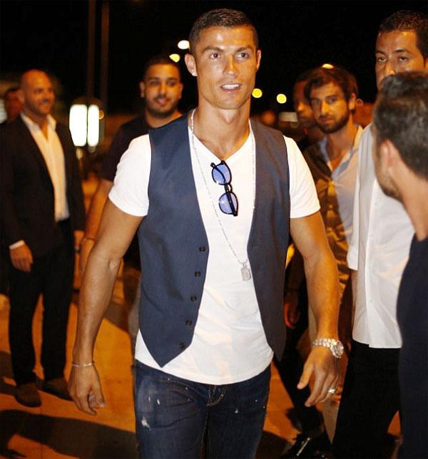 C. Ronaldo vui vẻ đi chơi tối ở Ibiza hôm 17/7.