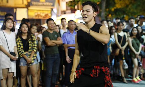 Bạn trai Chúng Huyền Thanh gây náo loạn phố đi bộ Hà Nội