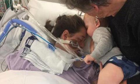 Nụ hôn cuối cùng của bé trai 17 tháng tuổi dành cho người mẹ đang hấp hối