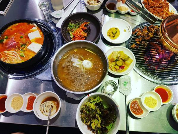 quan-thit-nuong-sieu-hot-nho-song-joong-ki-song-hye-kyo-3