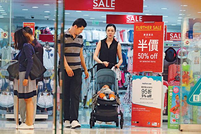 Tờ Ifeng ghi lại hình ảnh hoa hậu Hong Kong 2005 Diệp Thúy Thúy cùng chồng đi sắm đồ cho con trai tại một shop ở khu Causeway Bay Lee Park