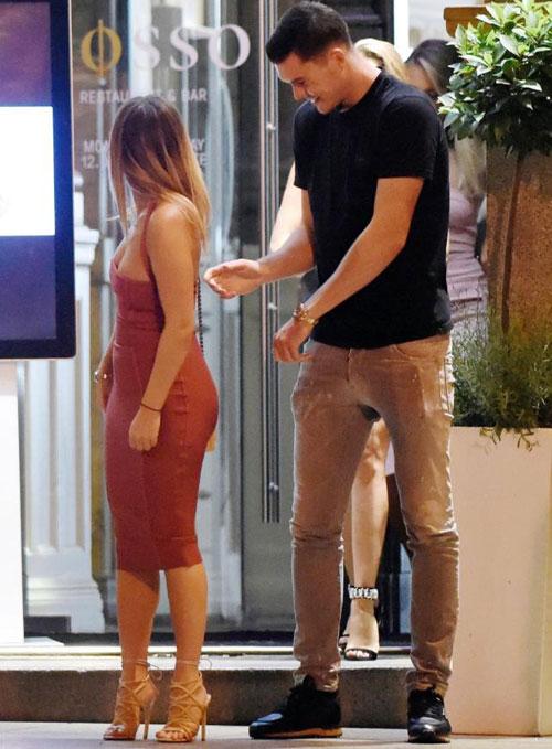 Người đẹp không ngại ngần nhờ sao trẻ Everton kéo hộ khóa váy