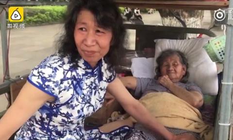 Người đàn ông 20 năm đóng giả chị gái quá cố để vui lòng mẹ già