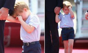 Hoàng tử bé nước Anh ngủ gật khi đi công tác cùng bố mẹ