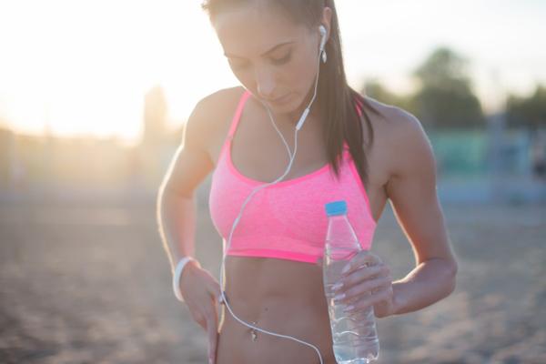 Không mặc áo lót chuyên dụng khi tập thể thao Không sử dụng đúng loại áo lót khi tập luyện sẽ khiến ngực nhanh chảy xệ.