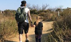 Becks nắm tay con gái cưng đi leo núi