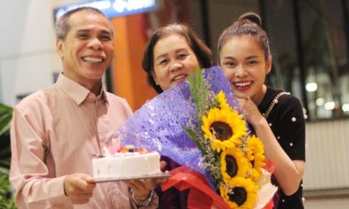 Bố Giang Hồng Ngọc bất ngờ mừng sinh nhật vợ ở sân bay