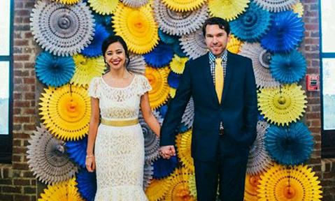 Tự làm backdrop chụp ảnh bằng giấy trong ngày cưới