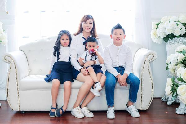 Chị Như Hoa và ba nhóc tì xinh xắn.