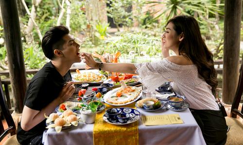 Tú Anh và Noo Phước Thịnh đút cho nhau ăn khi khám phá Huế
