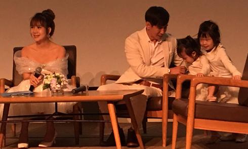Hai con gái nhà Lý Hải 'phá bĩnh' bố mẹ trong sự kiện