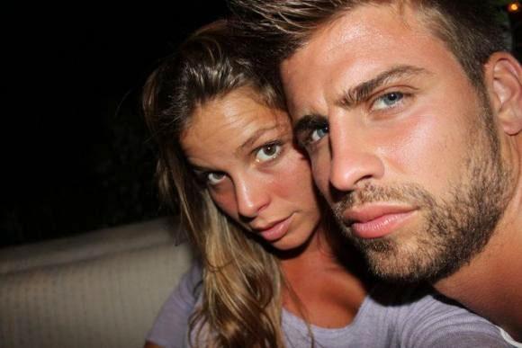 Pique và Nuria Tomas gắn bó với nhau vài tháng trước khi chàng si mê Shakira.