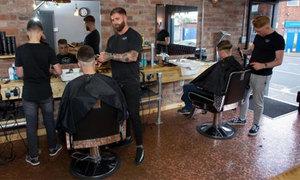 Thợ cắt tóc Anh lát sàn nhà bằng 70.000 đồng xu