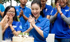 Á hậu Hà Thu đón tuổi 25 bên sinh viên tình nguyện