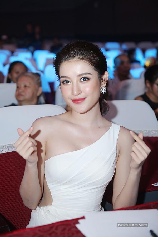 huyen-my-do-nhan-sac-voi-hari-won-trong-su-kien-1
