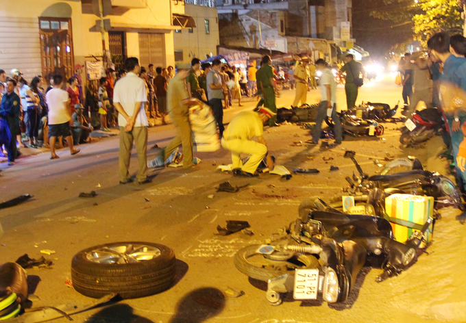 Người và xe la liệt trên đường khi ôtô tông liên hoàn ở Sài Gòn