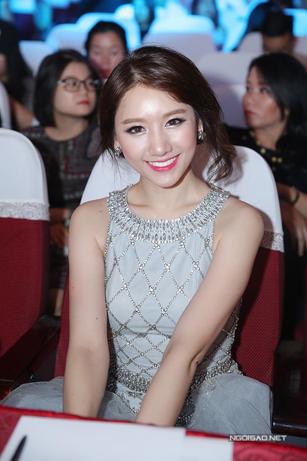 huyen-my-do-nhan-sac-voi-hari-won-trong-su-kien-2