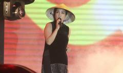 Mỹ Linh và ca sĩ dầm mưa biểu diễn ở Quảng Nam