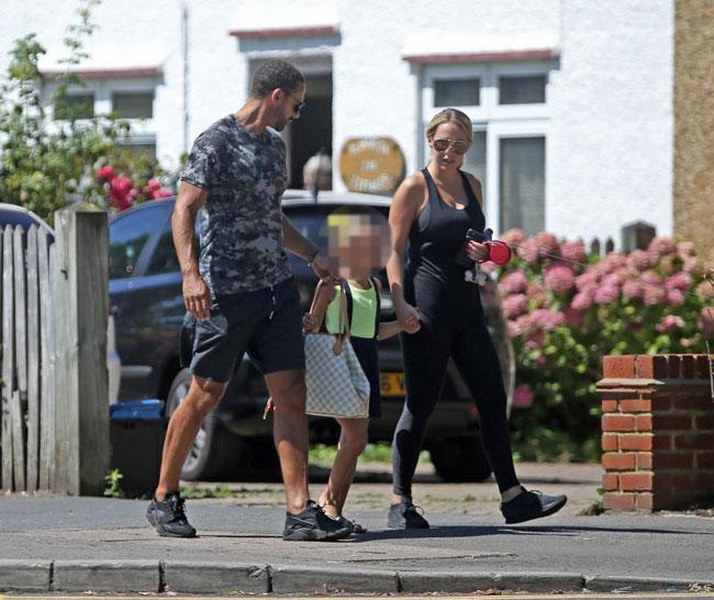 Bố con Rio Ferdinand và người đẹp truyền hình cùng nhau đi ăn sáng tại một quán cafe địa phương ở O