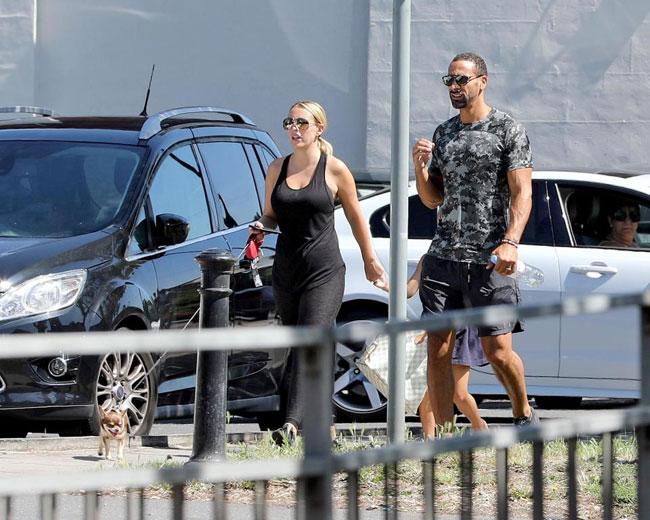 Người đẹp dắt theo cả cún cưng khi đi dạo cùng Ferdinand.