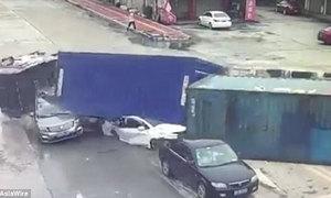 Nhiều người sống sót kỳ diệu sau khi bị thùng xe tải đè lên
