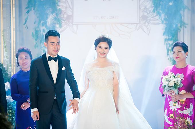 Chủ nhân của đám cưới hoành tráng này là chú rể Đỗ Tiến Trung và cô dâu Nguyễn Hồng Nhung. Cặp đôi đã phải lòng nhau ngay từ lần đầu gặp mặt.