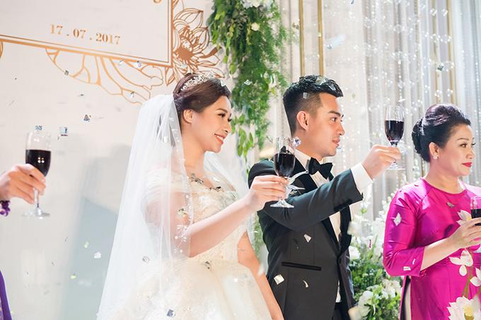 Sinh ra trong một gia đình ở khu phố cổ Hà Nội, Hồng Nhung được nhiều bạn trẻ biết đến với bộ sưu tập hàng hiệu tiền tỷ và gout thời trang sang trọng, đẳng cấp. 3 tháng trước ngày cưới, cô từng làm mạng xã hội xôn xao bởi quá trình giảm hơn 10 kg ngoạn mục.
