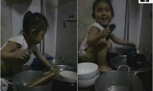 Bé gái nhỏ tập rửa bát giúp mẹ