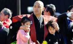 Vợ mất vì ung thư, tài tử Nhật vất vả 'gà trống nuôi con'