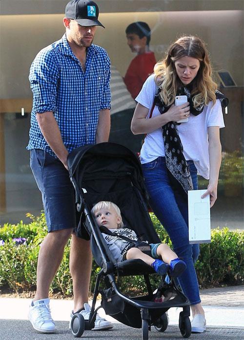 Vợ chồng Roddick đưa con trai đầu lòng, Hank, đi chơi