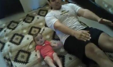 Video bố cùng con nhỏ tập thể dục hút like Facebook
