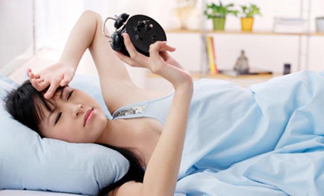 1. Khó thức dậy vào buổi sáng Cảm thấy mệt mỏi khi thức dậy có thể là do cơ thể không tiêu hao hết năng lượng trong các hoạt động ban ngày khiến giấc ngủ ban đêm bị ảnh hưởng